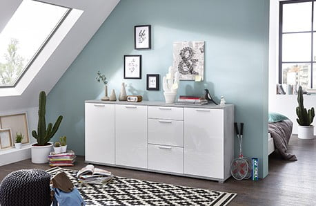 Organizovaná ložnice sdesignovými skříněmi