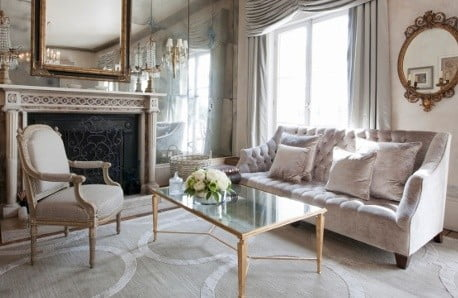 Křesla, pohovky, stolky a dekorace pro byt plný okouzlujícího třpytu
