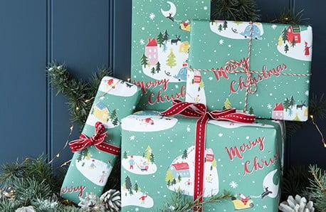 Decorațiuni luminoase și ornamente festive