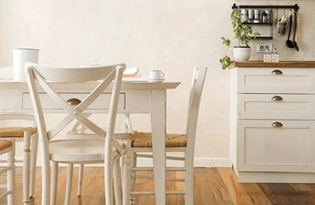 Dřevěné, plastové, kovové židle a všechny čekají jen na vás