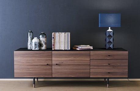 Oblíbený dřevěný nábytek, který prohřeje celý interiér