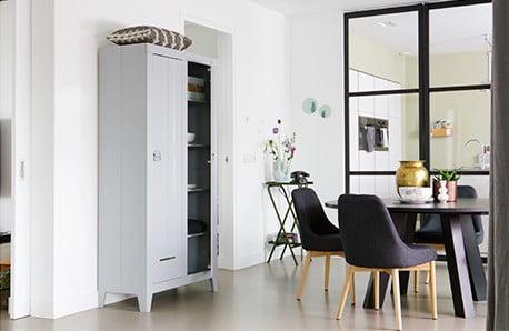 Nizozemský designový nábytek v odstínech bílé, šedé a černé
