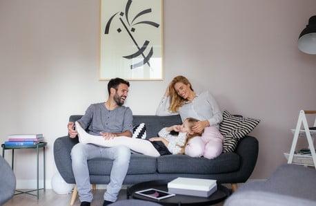 Canapele, fotolii, perne, lumânări și pături în stil franțuzesc