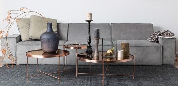 Stylový nábytek s leskem zlaté, stříbrné a měděné barvy