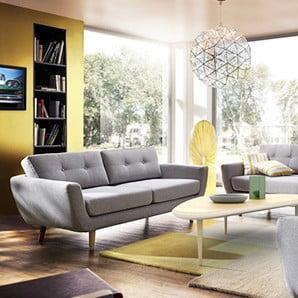 O multitudine de fotolii și canapele colorate