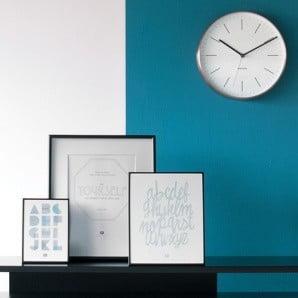 Půvabný minimalismus v podobě hodin, obrazů a dalších dekorací