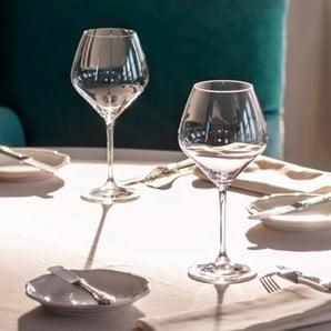 Sticla domină pe mese ca o adevărată regină