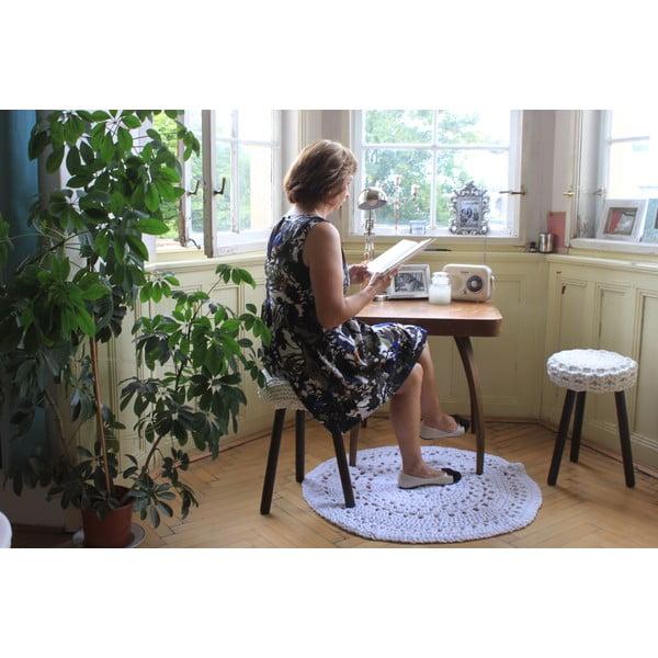 Háčkovaná tmavá židle, hnědé nohy