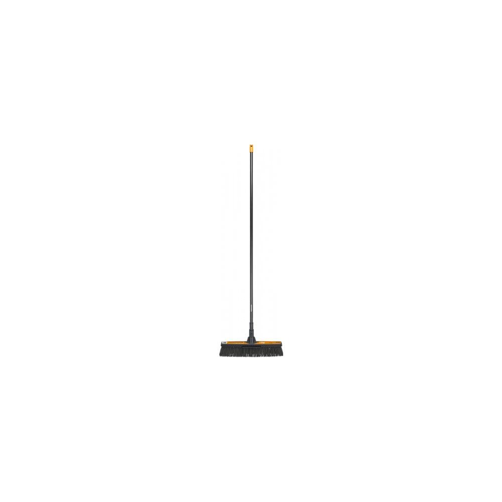 Černé univerzální zahradní koště s násadou Fiskars Solid, šířka 48 cm