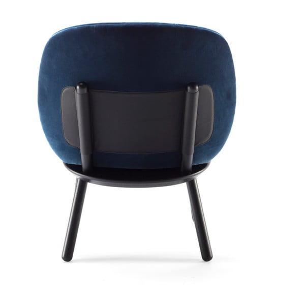 Tmavě modré křeslo s konstrukcí z jasanového dřeva a koženými detaily EMKO Naïve