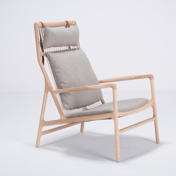 Křeslo s konstrukcí z dubového dřeva s šedým textilním sedákem Gazzda Dedo