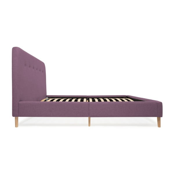 Fialová dvoulůžková postel s dřevěnými nohami Vivonita Mae Queen Size, 160 x 200 cm