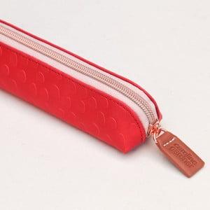 Červený penál na tužky Caroline Gardner