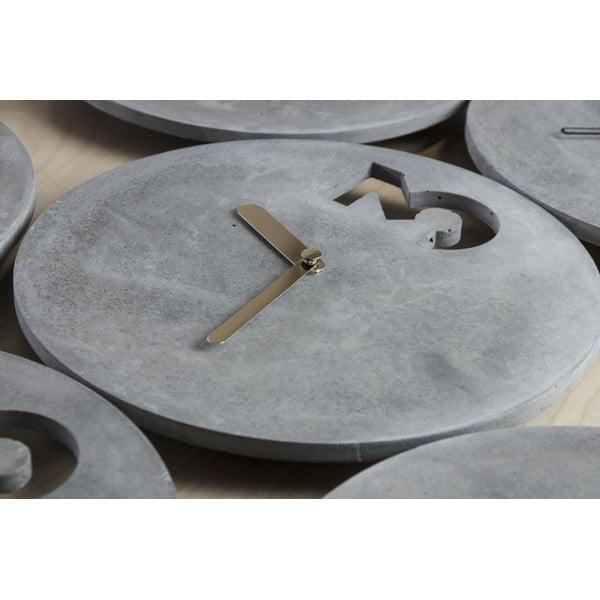 Betonové hodiny s plnými ručičkami zlaté barvy od Jakuba Velínského