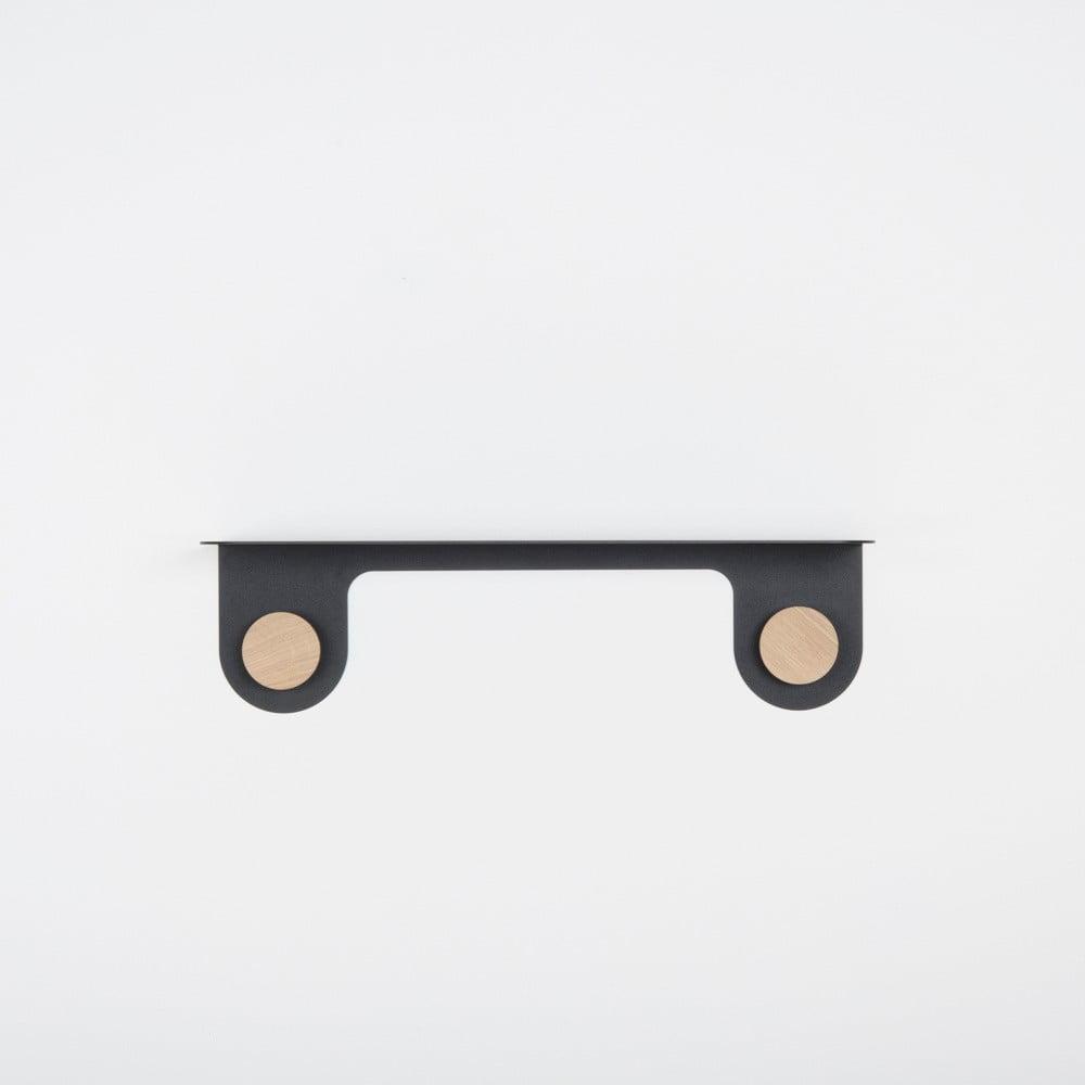Nástěnná černá police z oceli s detailem z dubového dřeva se 2 háčky Gazzda Hook, délka 50 cm