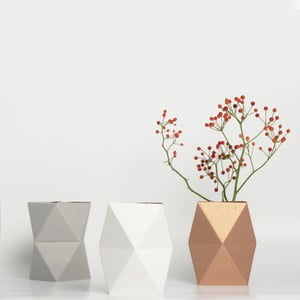 Nižší kartonová váza, šedá