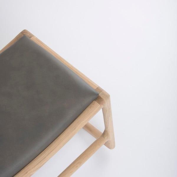 Podnožka s konstrukcí z masivního dubového dřeva s šedým detailem z buvolí kůže Gazzda Dedo