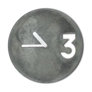 Betonové hodiny od Jakuba Velínského, plné bílé ručičky