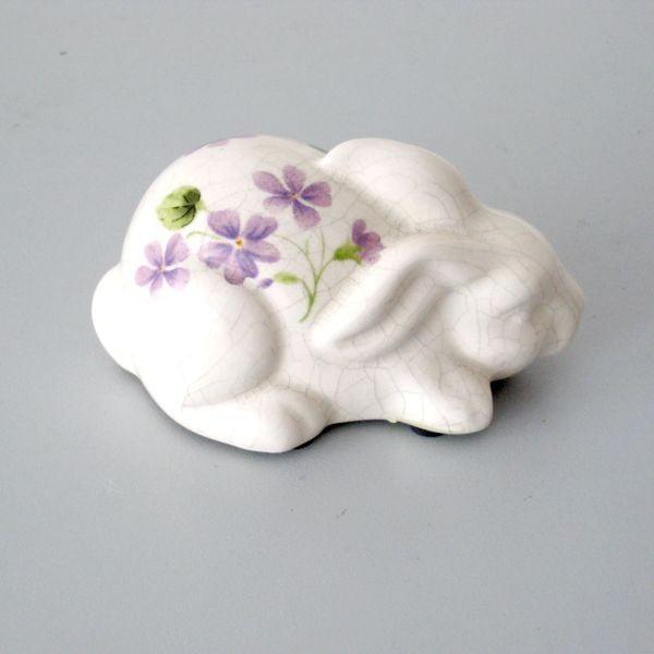 Dekorativní králík s fialkami