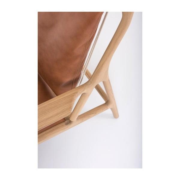 Křeslo s konstrukcí z masivního dubového dřeva a koňakově hnědým sedákem z buvolí kůže Gazzda Dedo