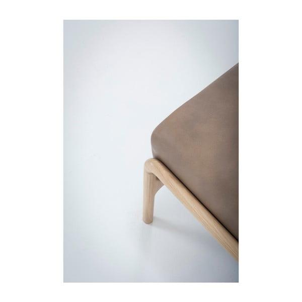 Světle hnědá podnožka z buvolí kůže s konstrukcí z masivního dubového dřeva Gazzda Fawn