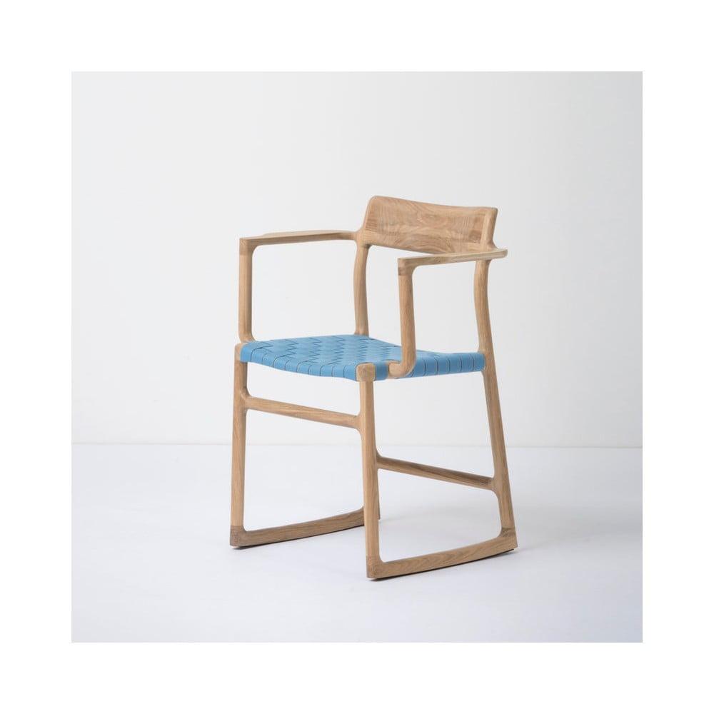 Jídelní židle z masivního dubového dřeva s područkami a modrým sedákem Gazzda Fawn