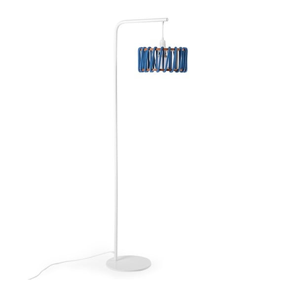 Stojací lampa s bílou konstrukcí a malým modrým stínidlem EMKO Macaron