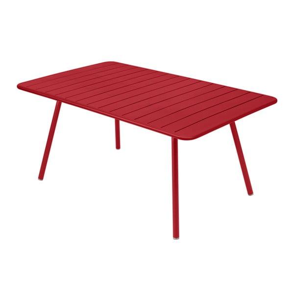 Červený kovový jídelní stůl Fermob Luxembourg