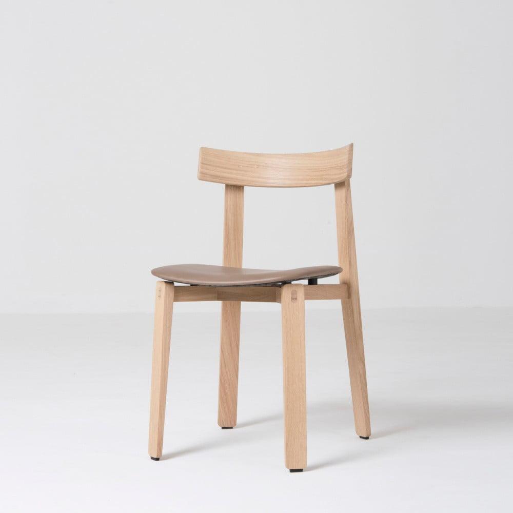 Jídelní židle z masivního dubového dřeva s hnědým sedákem z buvolí kůže Gazzda Nora
