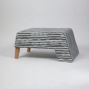 Černobílá podnožka s dřevěnými nohami Kate Railey