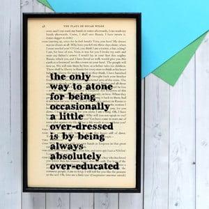Plakát v dřevěném rámu Oscar Wild Overeducated