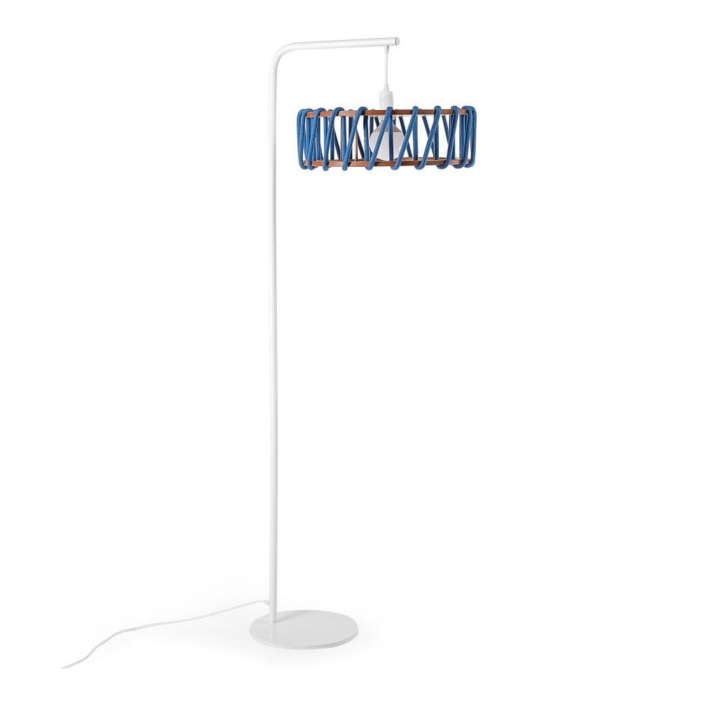 Stojací lampa s bílou konstrukcí a velkým modrým stínidlem EMKO Macaron
