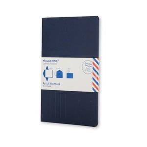 Tmavě modrý zápisník v obálkové vazbě Moleskine Postal L