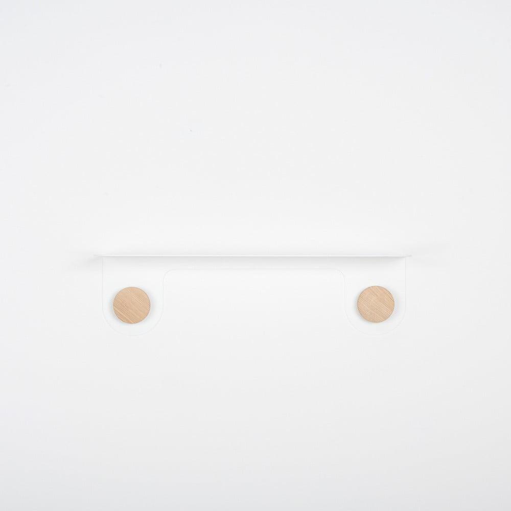 Nástěnná bílá police z oceli s detailem z dubového dřeva se 2 háčky Gazzda Hook, délka50cm