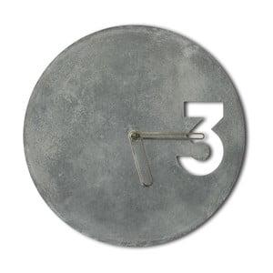 Betonové hodiny od Jakuba Velínského, ohraničené zlaté ručičky