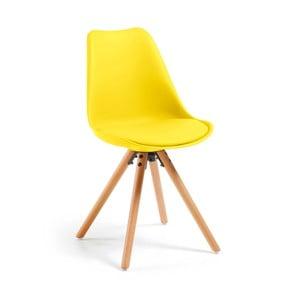 Žlutá jídelní židle s dřevěnými nohami loomi.design
