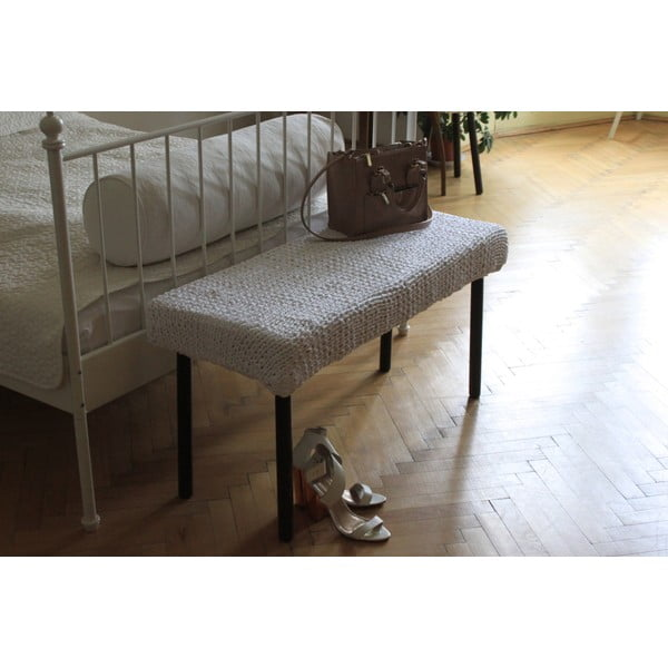 Háčkovaná bílá lavice, hnědé nohy