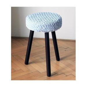 Háčkovaná světle modrá židle, hnědé nohy