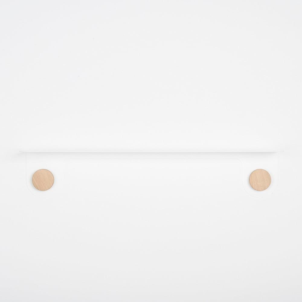 Nástěnná bílá police z oceli s detailem z dubového dřeva se 2 háčky Gazzda Hook, délka 70 cm