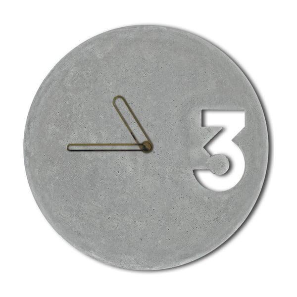 Betonové hodiny od Jakuba Velínského, ohraničené ručičky zlaté barvy