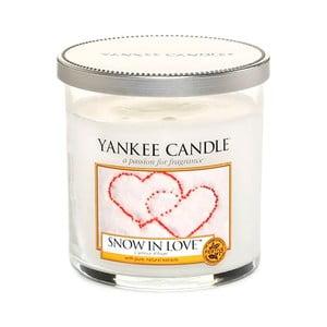 Vonná svíčka Yankee Candle Zasněženi Láskou, doba hoření 30 - 40 hodin