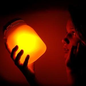 Solární dobíjecí lampička Suck UK Sunjar, žlutá