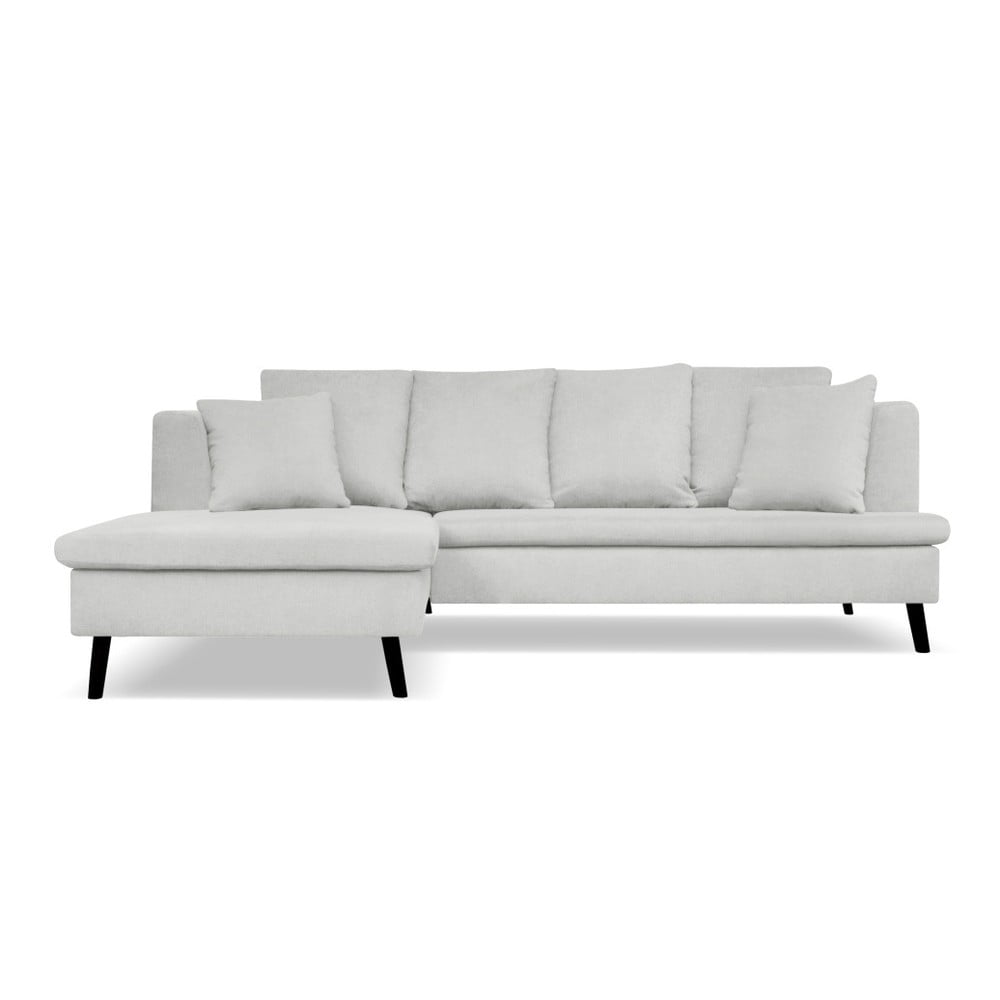 Světle šedá pohovka pro čtyři s lenoškou na levé straně Cosmopolitan design Hamptons