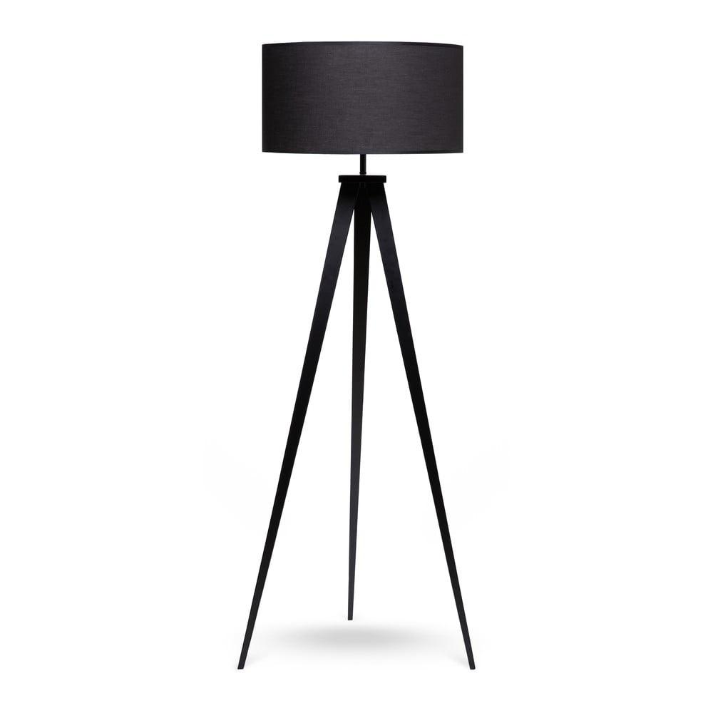 Stojací lampa s kovovými nohami a černým stínidlem loomi.design Kiki