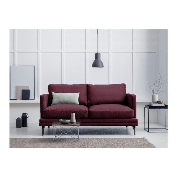 Bordeaux červená dvoumístná pohovka s podnožím ve zlaté barvě Windsor & Co Sofas Jupiter