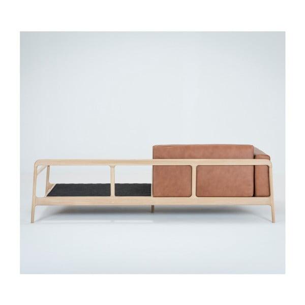 Koňakově hnědá čtyřmístná pohovka z buvolí kůže s konstrukcí z masivního dubového dřeva Gazzda Fawn