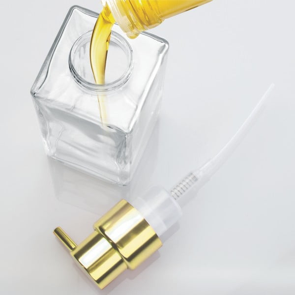 Skleněný dávkovač na mýdlo s detailem ve zlaté barvě InterDesign