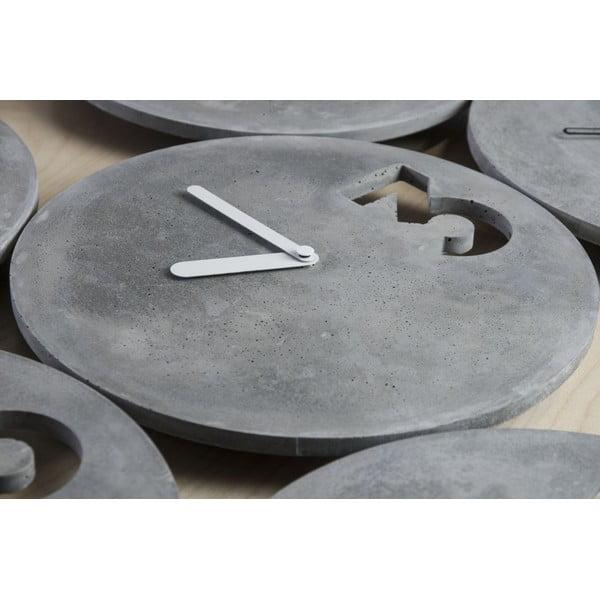 Betonové hodiny s plnými bilými ručičkami od Jakuba Velínského