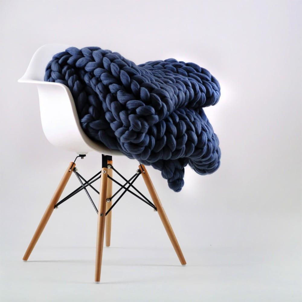 Tmavě modrá ručně pletená deka z merino vlny Concepttual Chunky, 125 x 130 cm