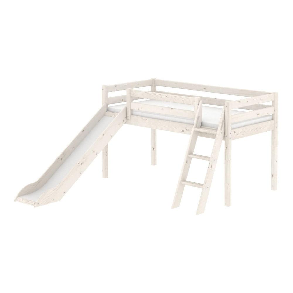 Bílá středně vysoká dětská postel z borovicového dřeva se skluzavkou a žebříkem Flexa Classic, 90 x 200 cm